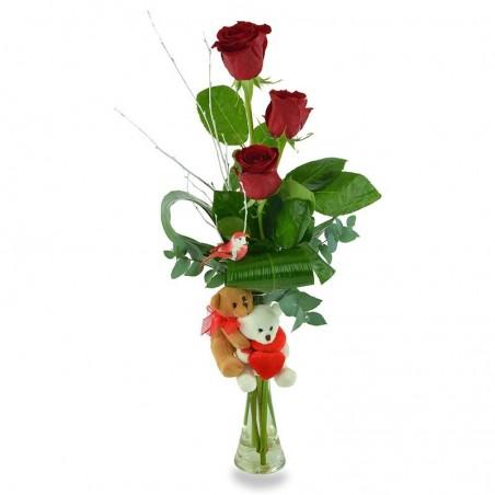 Tres rosas rojas con peluches