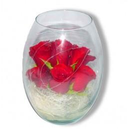 cristal con seis rosas rojas